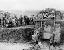 Tanque británico Mark IV. Las orugas de estos carros blindados les permitían atravesar trincheras y aplastar líneas de alambre de púa. Foto: Underwood Archives/Getty Images