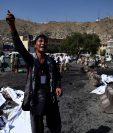Un afgano expresa su malestar cerca de la escena del doble ataque suicida en Kabul. (Foto Prensa Libre:AFP).