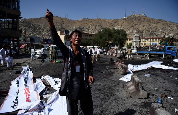 Mueren 80 en doble atentado del EI contra marcha en Kabul