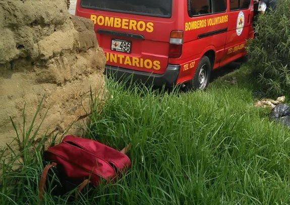 Maleta en la que fue encontrado el cadáver de un bebé, en la zona 8 de Xela. (Foto Prensa Libre: Bomberos Voluntarios)