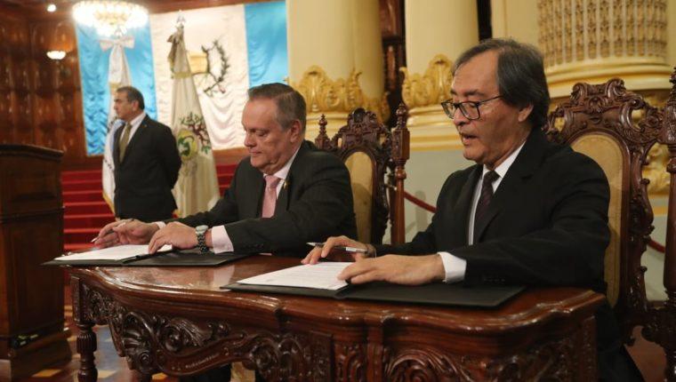 El ministro de Salud, Carlos Soto, y el gerente general del Instituto Guatemalteco de Seguridad Social, Vidal Herrera, firmaron el acuerdo de cooperación entre ambas instituciones. (Foto Prensa Libre: Érick Ávila)