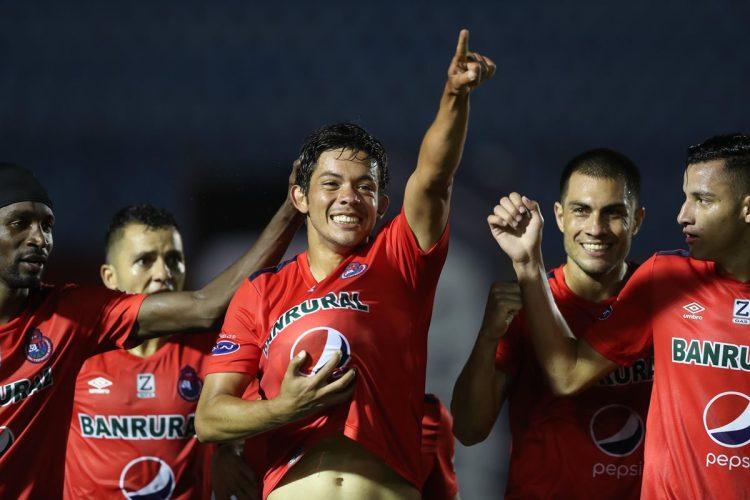 Héctor Moreira celebra el primer gol de Municipal en el clásico 304. (Foto Prensa Libre: Francisco Sánchez).