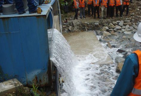 Trabajadores de la mina Marlin vaciaron aguas contaminadas con químicos, las cuales van a dar directamente al río Cuilco que surte a San Marcos y Huehuetenango. (Foto Prensa Libre: Aroldo Marroquín)