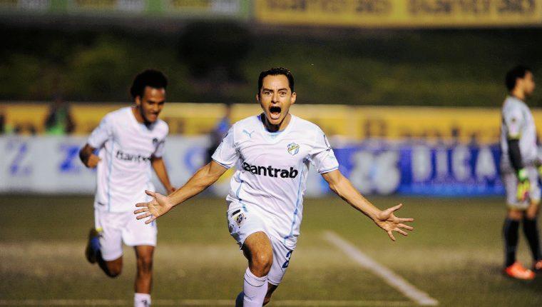 Carlos Figueroa celebra su gol durante el juego de anoche ante Antigua GFC. (Foto Prensa Libre: Óscar Felipe)