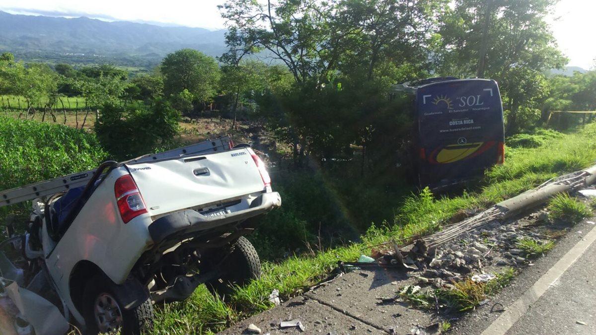 Picop choca contra autobús de turistas y causa un muerto