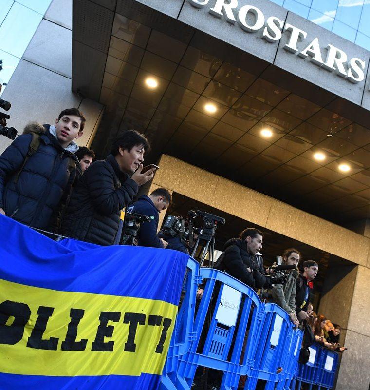 Aficionados y periodistas esperaban la llegada de Boca Juniors a su hotel de concentración. (Foto Prensa Libre: AFP)