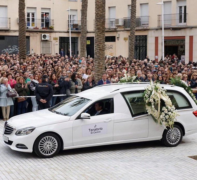Llegada del féretro del Gabriel Cruz a la plaza de la Catedral de Almería. (Foto Prensa Libre: EFE)