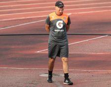 El técnico de Comunicaciones Iván Sopegno camina durante el entreno blanco en el estadio Cementos Progreso. (Foto Prensa Libre: Carlos Vicente)