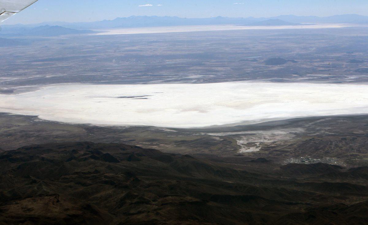 Vista aérea del lago Poopó, Oruro, Bolivia, que está en proceso de desertización. (Foto Prensa Libre: EFE).