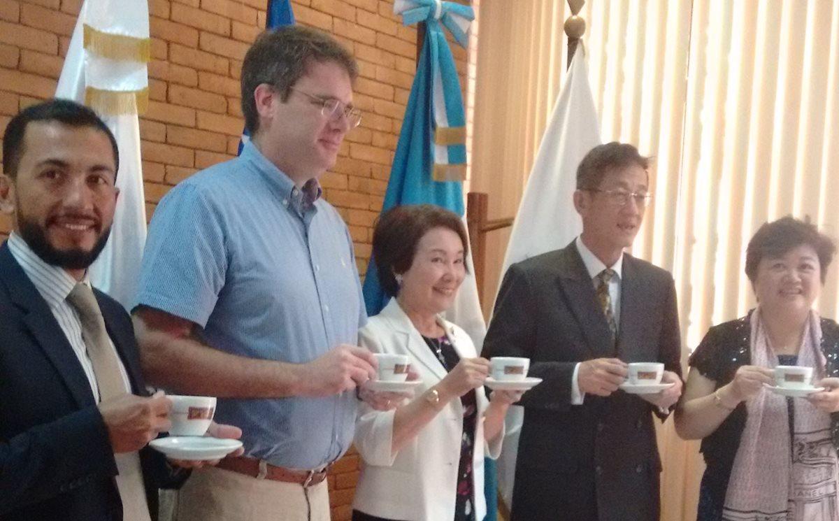 Delegación de compradores taiwaneses se interesan en café guatemalteco