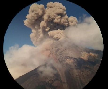 Insivumeh vigila constantes explosiones en el Volcán de Fuego