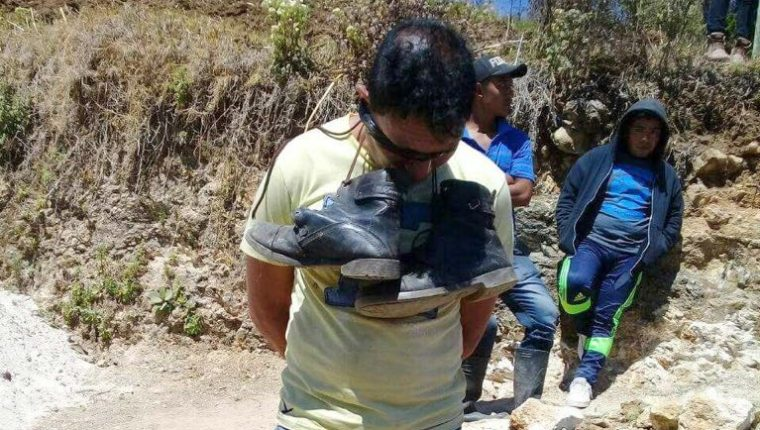 Homero Agustín Chávez fue capturado por una turba que lo pretendía linchar en Aguacatán, Huehuetenango, pero el diálogo con autoridades lo evitó. (Foto Prensa Libre: Mike Castillo).