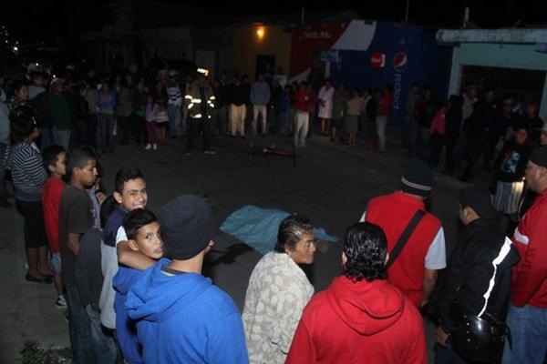 Supuesto pandillero es ultimado a balazos. (Foto Prensa Libre: Hugo Oliva)