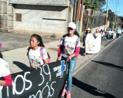 Menores se desplazan sobre la ruta Interamericana para pedir justicia por el Hogar Seguro. (Foto Prensa Libre: Cortesía).