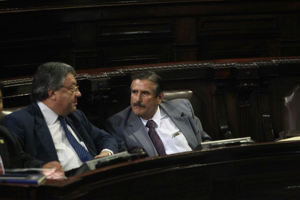 El diputado Roberto Kestler -saco gris-, conversa con el parlamentario César Fajardo, durante la sesión plenaria en el Congreso. (Foto Prensa Libre: Esbin García)