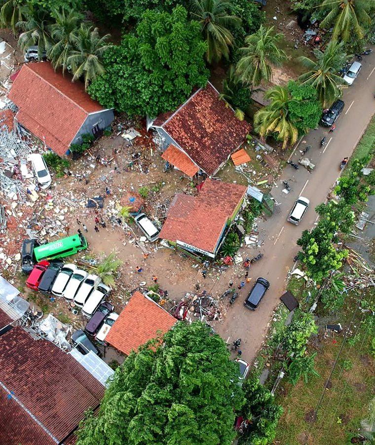 Vista aérea de una de las localidades golpeadas por el tsunami en Indonesia. (Foto Prensa Libre: AFP)