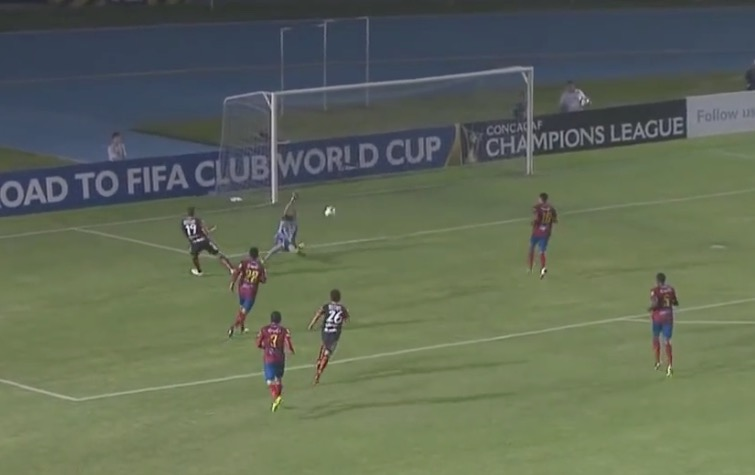 Dario Carreño en el momento que definió del primer gol de Pachuca contra Municipal. (Foto Prensa Libre: Youtube Concacaf)
