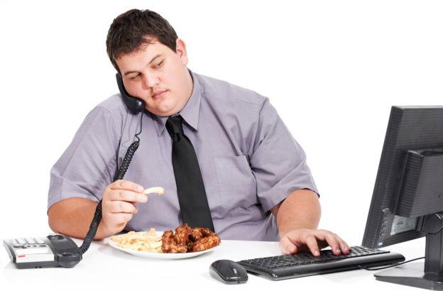 Las malas prácticas laborales generan malos hábitos alimenticios. GETTY