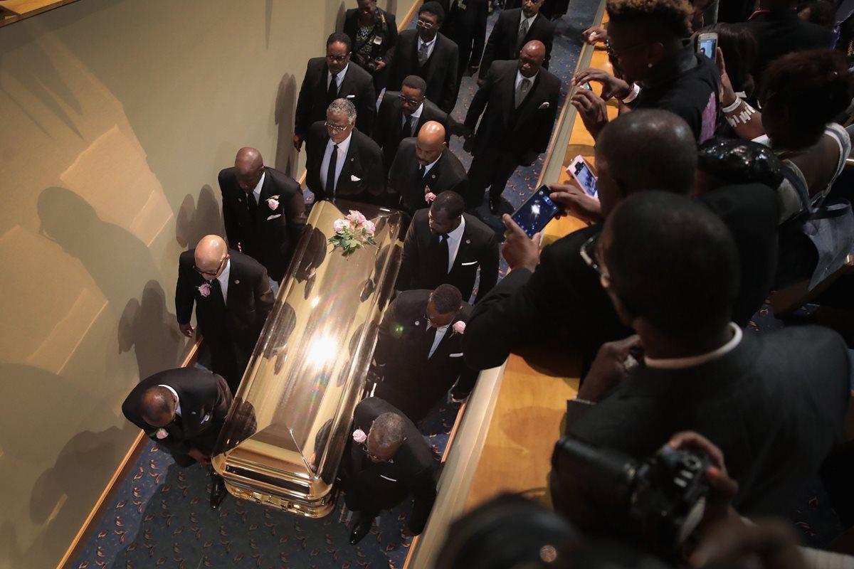 Los restos de Aretha Franklin son llevados al Greater Grace Temple para los servicios funerarios (Foto Prensa Libre: AFP).