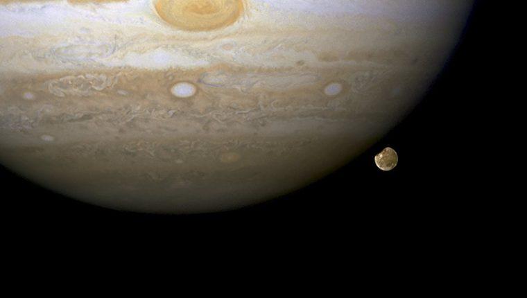 Fotografía muestra el planeta Jupiter junto a una de sTs lunas Ganimedes a 433 millones de kilómetros de la Tierra. (Foto Prensa Libre:EFE)