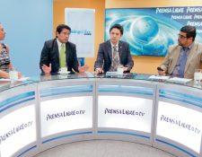 El diputado Carlos Barreda y el viceministro de Finanzas, Víctor Martínez, conversan con los periodistas Jessica Gramajo y Urías Gamarro, en el programa Diálogo Libre.