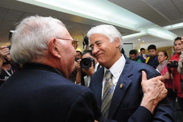 SERGIO CAMARGO —derecha—, durante las elecciones que se efectuaron el pasado 19 de octubre.