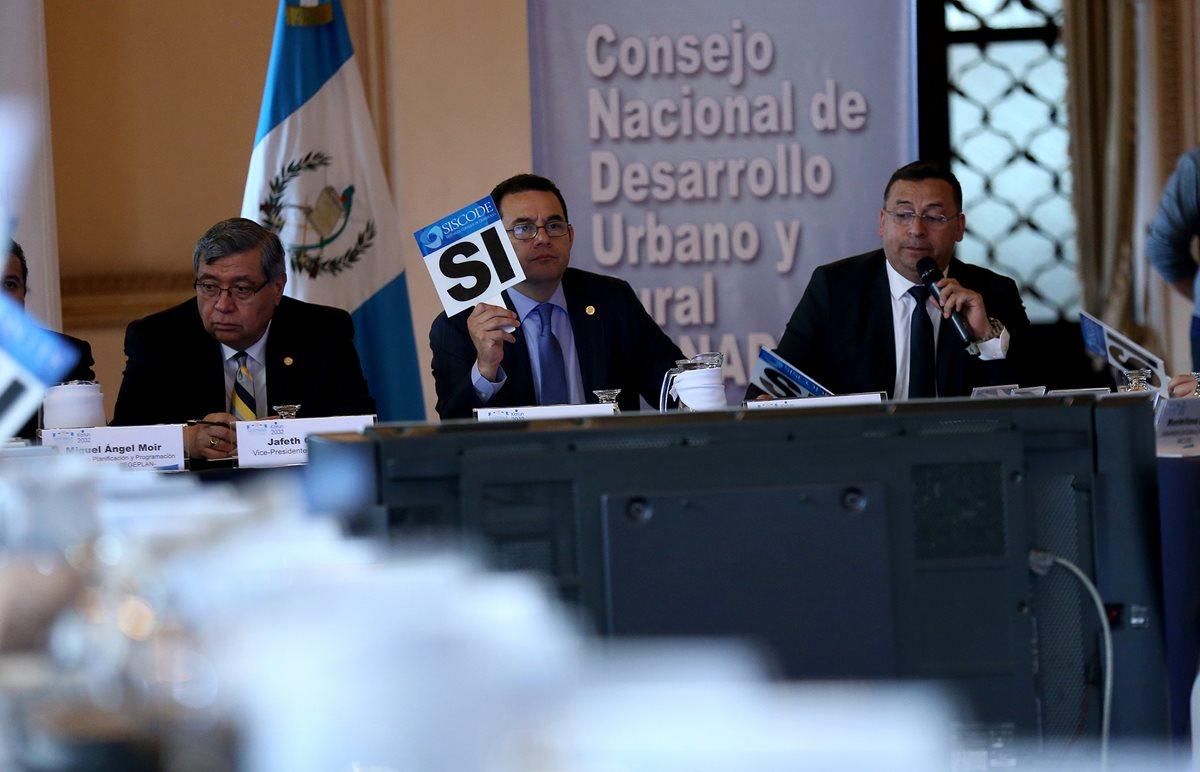El presidente Jimmy Morales dirige la reunión de Conadur, donde participan entidades estatales y no gubernamentales. (Foto Prensa Libre: Esbin García)