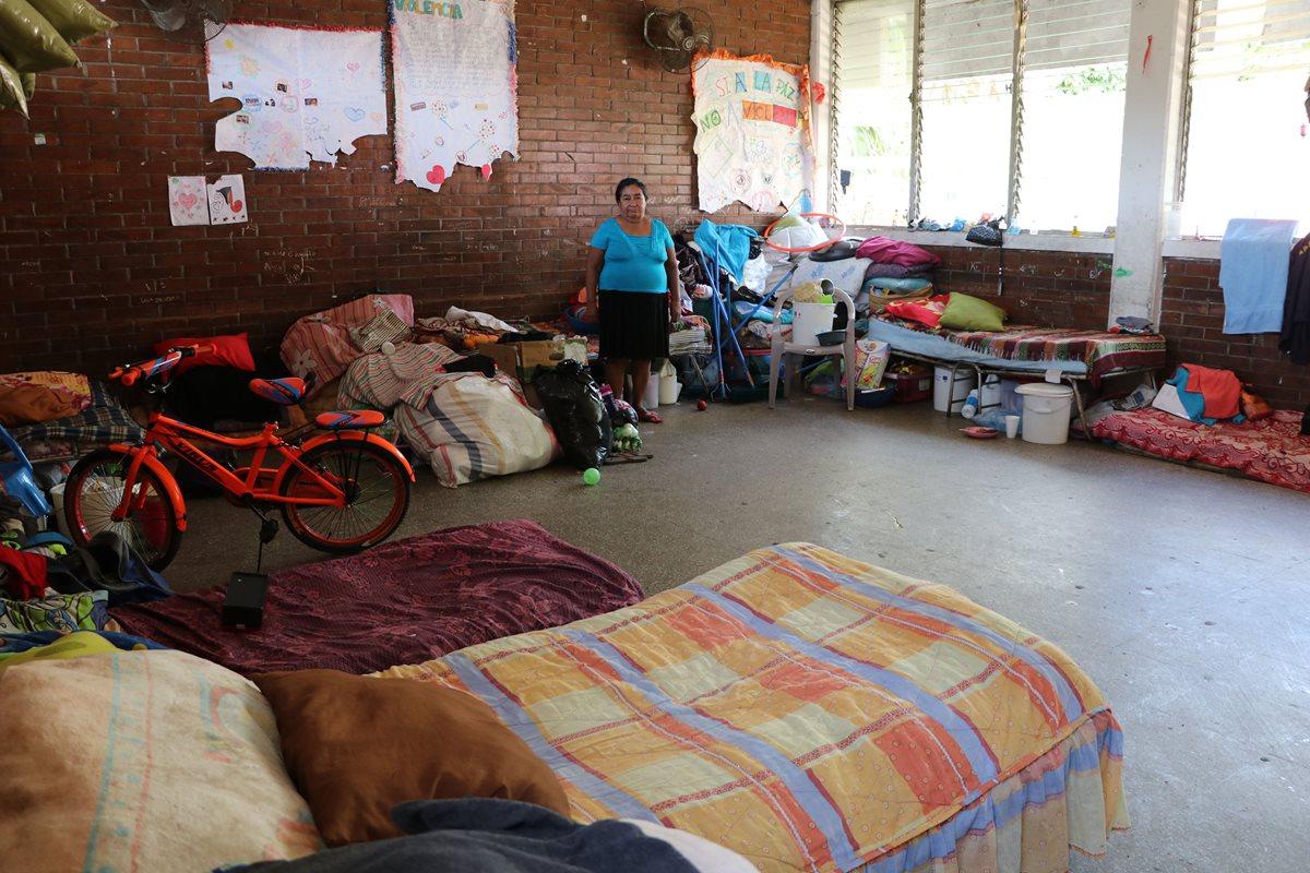 Después de seis meses varias familias permanecen albergadas en dos escuelas de Escuintla. (Foto Prensa Libre: Carlos Paredes).