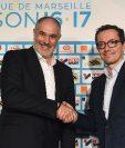 Andoni Zubizarreta apreta la mano del presidente del Marsella, Jacques-Henri Eyraud en su presentación. (Foto Prensa Libre: AFP)
