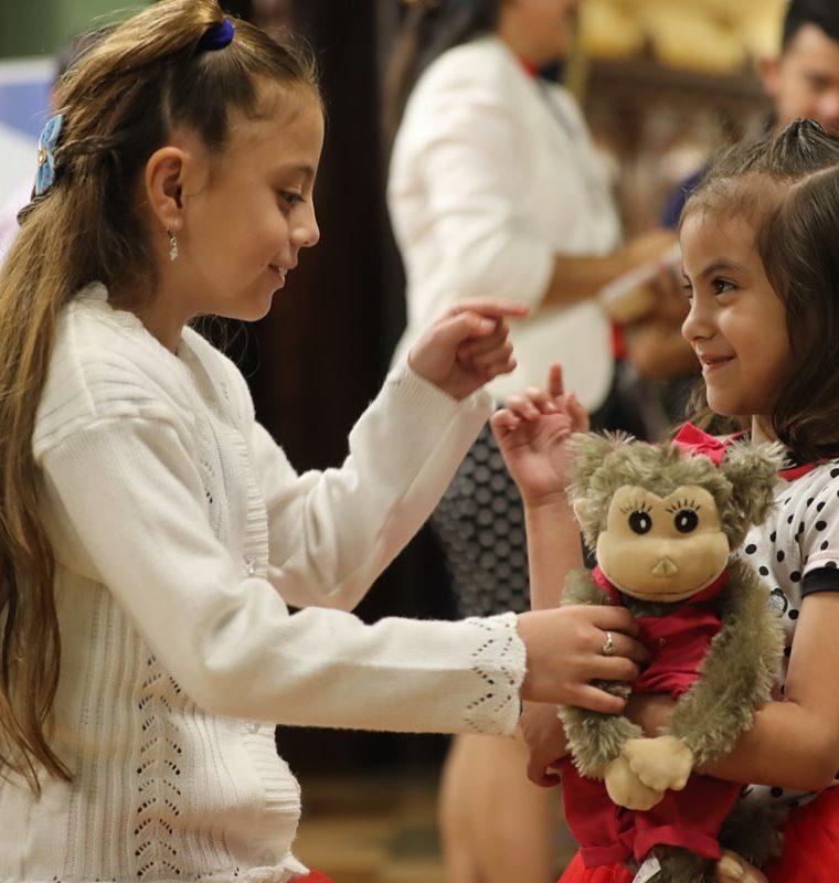 Minutos después de que se activara su implante coclear, Camila Figueroa escuchó por primera vez la voz de su hermana Sofía. (Foto Prensa Libre: Érick Ávila).