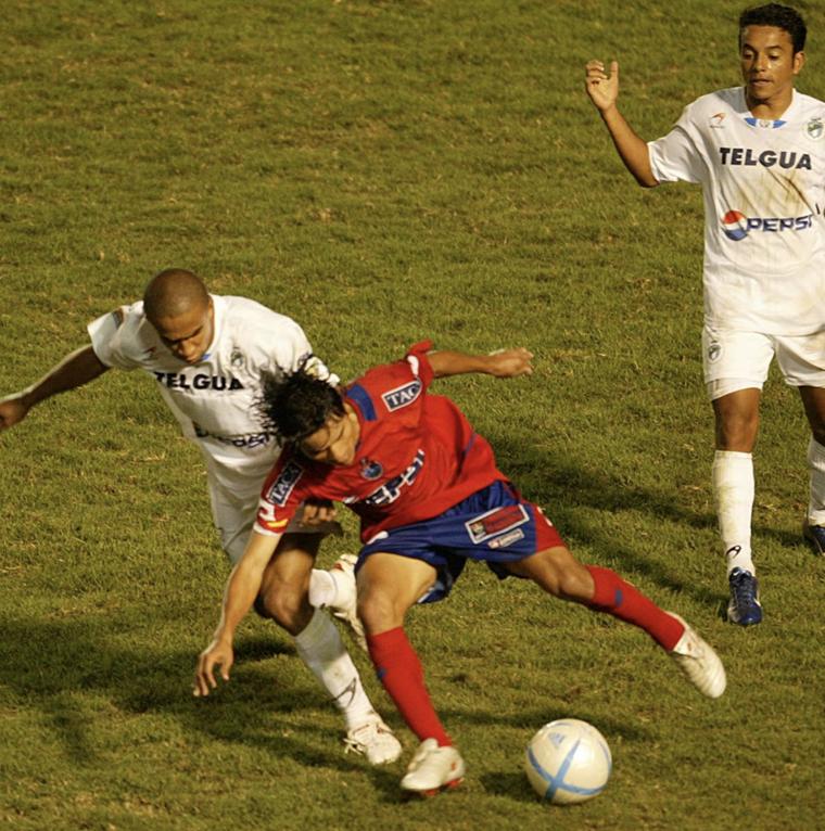 Fredy Thompson se consagró en Comunicaciones y después fichó por los escarlatas. (Foto Prensa Libre: Hemeroteca PL)