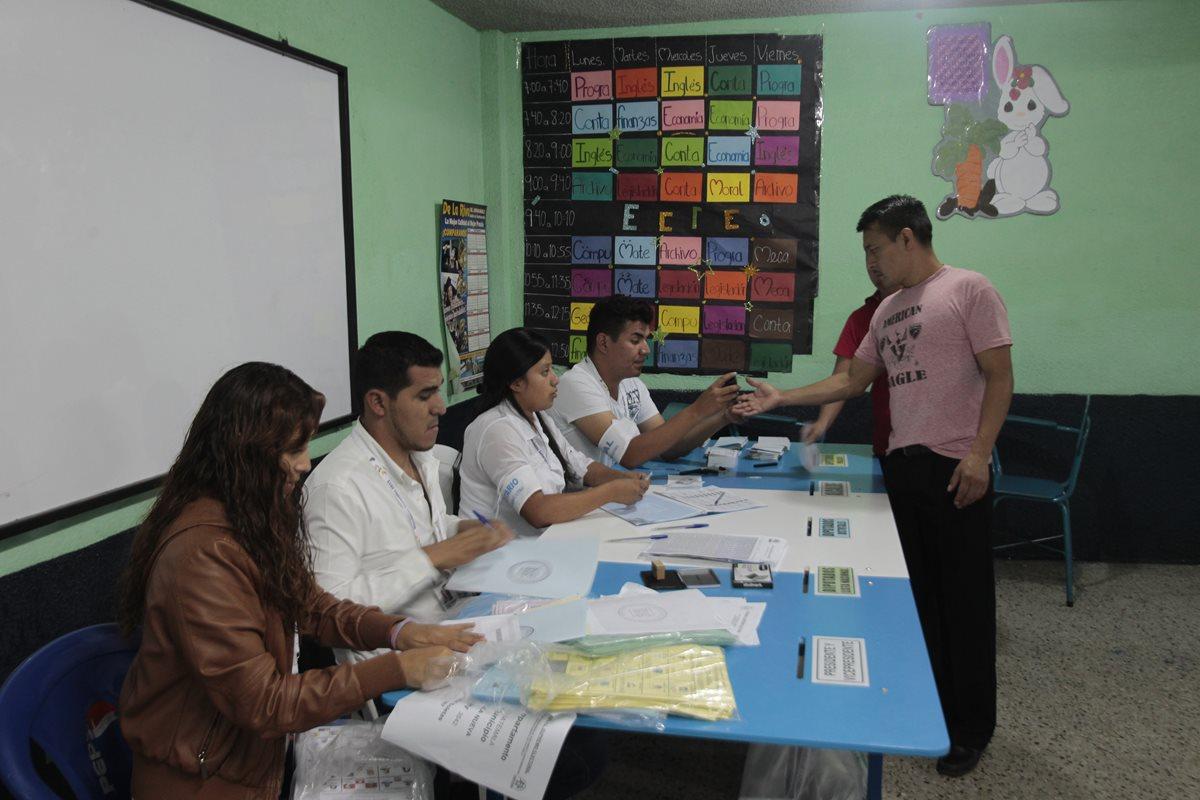 Vecinos de Villa Nueva llegan a distintos centros de votaciones, a emitir su voto en el instituto privado Guatemala de la asunci?n.   Fotograf?a. Erick Avila:                 06/09/2015