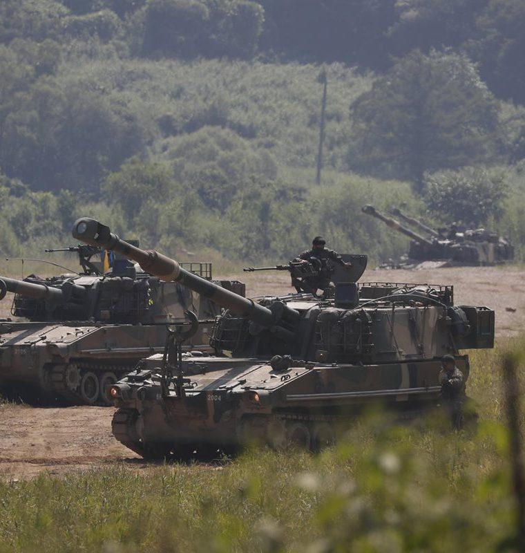 Tanques surcoreanos participan en las maniobras militares en Mugeon-ri cerca de una zona desmilitarizada.(EFE).
