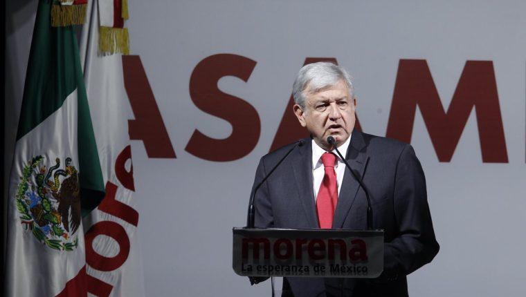 Andrés Manuel López Obrador habla durante su juramentoación como candidato presidencial, en Ciudad de México. (Foto Prensa Libre:EFE).