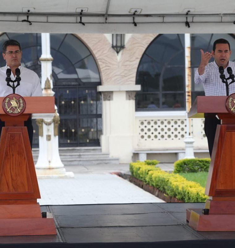 De derecha a izquierda: el presidente de Honduras, Juan Orlando Hernández y el presidente de Guatemala, Jimmy Morales. (Foto Prensa Libre: Erick Ávila)