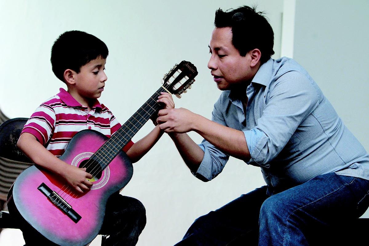 Guitarrista Luis Juárez Quixtán comparte conocimientos con estudiantes del Conservatorio
