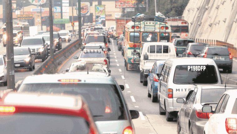 Los conductores deben tener mucha precaución para evitar incidentes como atropellar a una transeúnte. (Foto Prensa Prensa Libre: Hemeroteca PL)