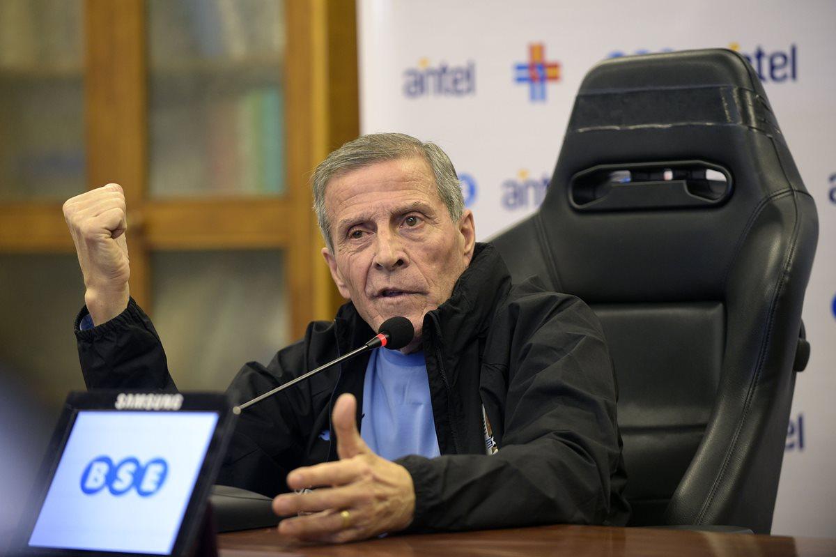 Óscar Washington Tabarez habló con la prensa antes de iniciar el primer entrenamiento antes de viajar a Rusia. (Foto Prensa Libre: AFP)