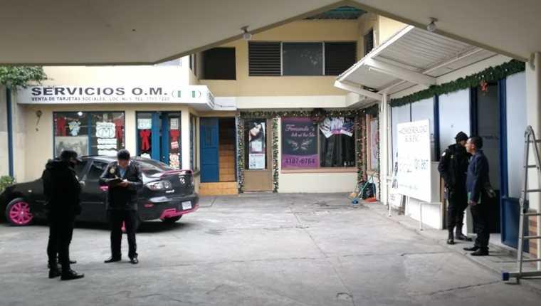 Autoridades resguardan los comercios que fueron saqueados en la zona 3 de Xela. (Foto Prensa Libre: Fred Rivera)