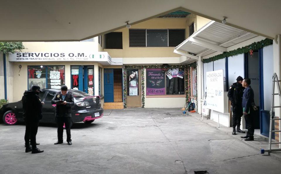 Delincuentes hacen cinco boquetes en pared y roban agencia bancaria en Xela