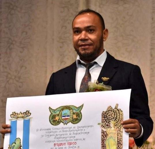 El salvadoreño Carlos Anchetta fue el ganador en la rama de Novela. (Foto Prensa Libre: Fred Rivera)