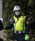 En la capital los agentes de la Policía de Tránsito usan mascarillas para prevenir enfermedades respiratorias. (Foto Prensa Libre: É. Ávila)