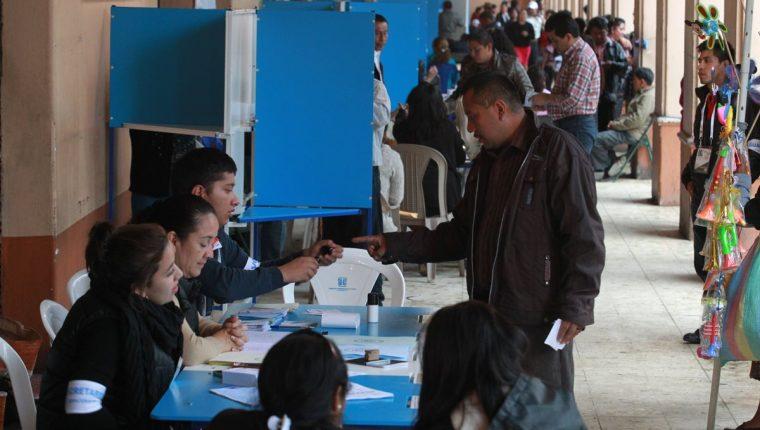 El TSE trata de evitar dudas cuando los votantes firmen el padrón. (Foto Prensa Libre: Hemeroteca PL)