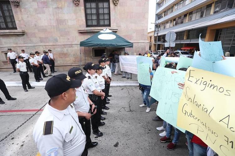 Manifestantes exigen mejoras para la Policía. (Foto Prensa Libre: Óscar Rivas)