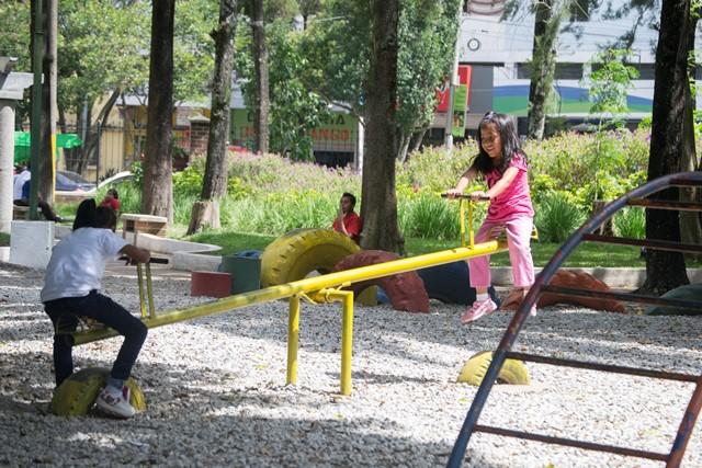 En la mayoría de los parques se crearon áreas para que los más pequeños del hogar se puedan divertir. (Foto Prensa Libre: Jaime Carrillo)