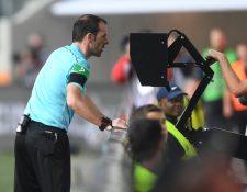El videoarbitraje tendrá algunas regulaciones en la Premier. (Foto Prensa Libre: AFP)