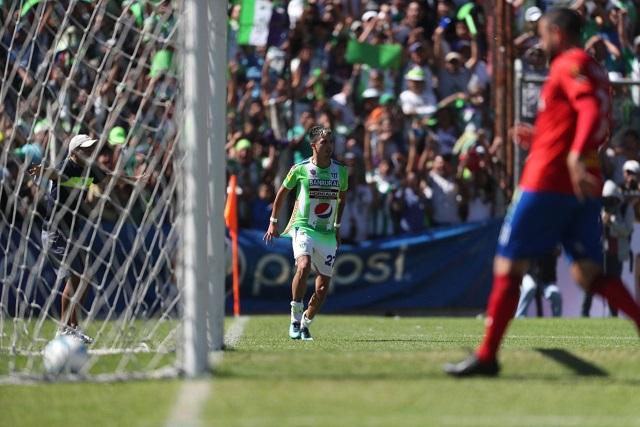 Alejandro Díaz celebra el gol del título para Antigua GFC. (Foto Prensa Libre: Francisco Sánchez)