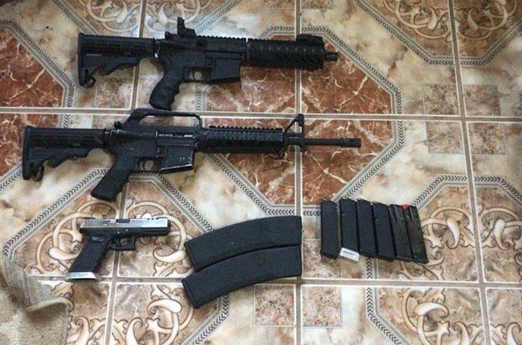 Armas de fuego incautadas el jueves último a los presuntos delincuentes capturados. (Foto Prensa Libre: MP)