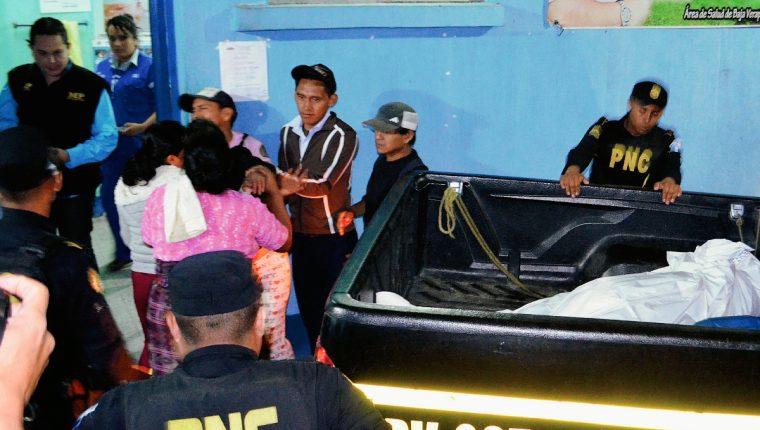 Vecinos consuelan a Oiliverio Xitumul, cuya esposa falleció en el CAP de Rabinal, Baja Verapaz, por haber ingerido una pastilla de phostoxín. (Foto Prensa Libre: Carlos Grave)