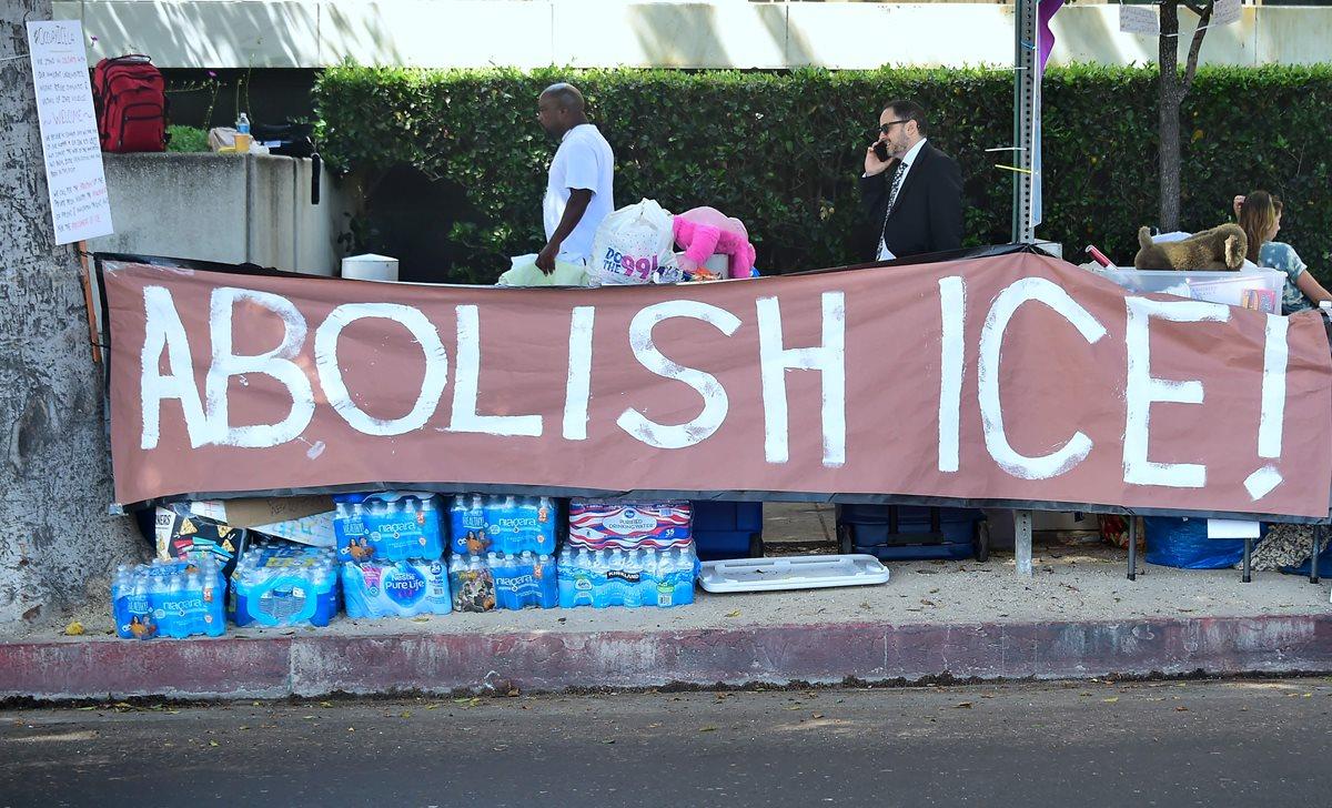 """Una manta que dice """"Abolir ICE"""" fue colocada defensores de los derechos de los inmigrantes en las afueras de las oficinas de ICE en Los Angeles, California.(AFP)."""